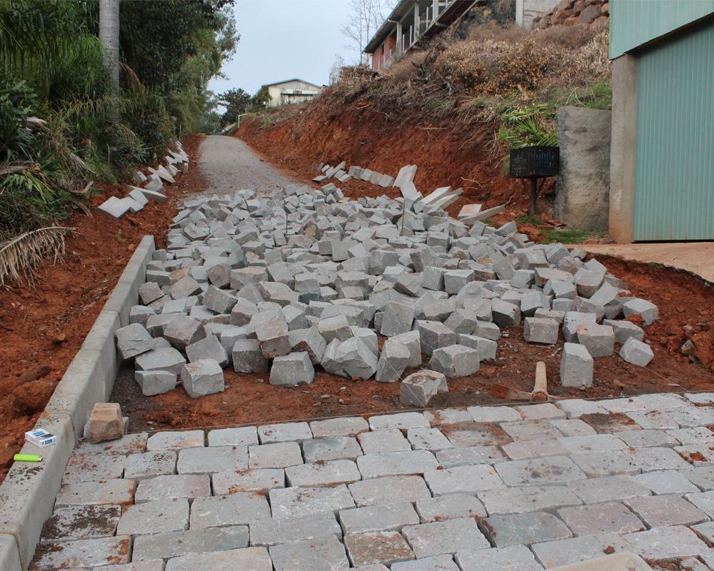 Prefeitura realiza obra de encanamento em rua do Bairro Industrial