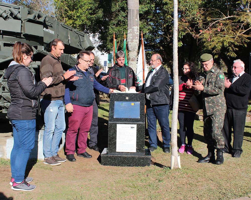 Carro de combate localizado na Praça Dante Marcucci foi restaurado