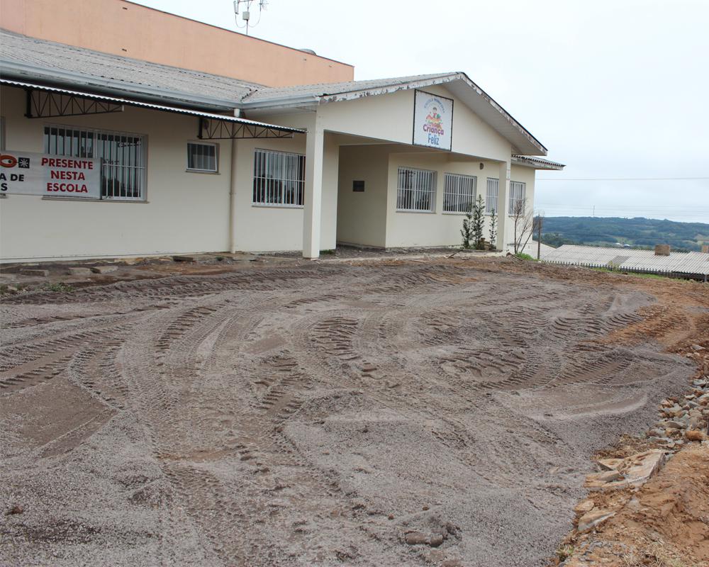 Pátio frontal da Escola Infantil Criança Feliz foi pavimentado