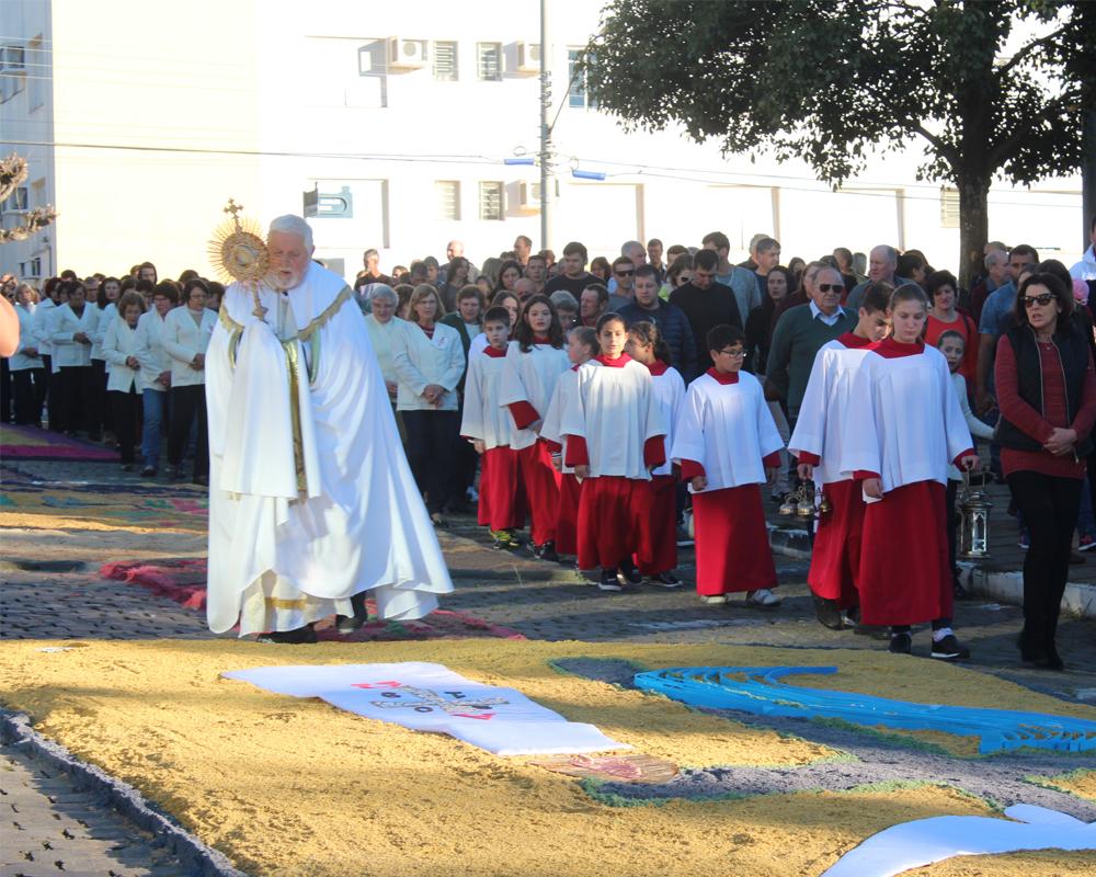 Em São Marcos, cerca de mil pessoas participaram da confecção dos tapetes que celebram Corpus Christi