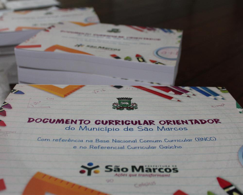 SME entrega o Documento Orientador Curricular para escolas do município