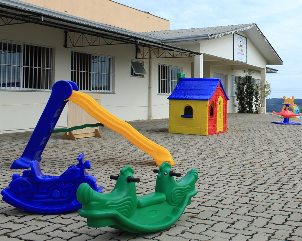 Escolas recebem brinquedos, quadros, retroprojetores e móveis