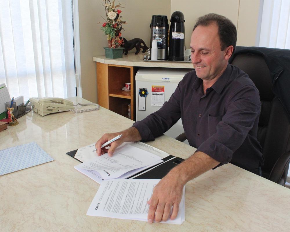 Prefeito assinou hoje (17) contrato que dará início à pavimentações no perímetro urbano de São Marcos